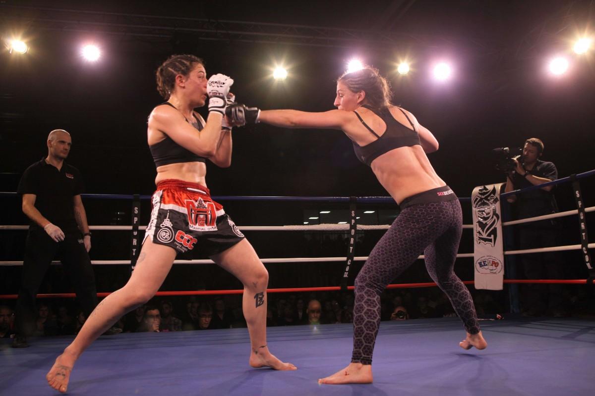 Lucie Bertaud vs Morgane Manfredi (à gauche). Photo: Christophe Barraud Cognac, KOC 9, 2016
